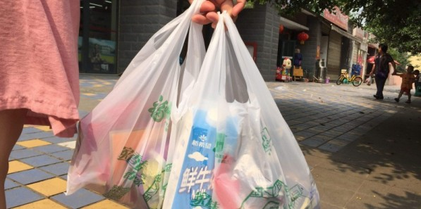 """""""限塑令""""十年喜忧参半 多场合塑料袋仍广泛使用"""