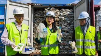 """拒做全球""""垃圾倾倒场"""" 马来西亚遣退450吨废塑料"""