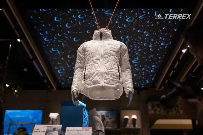 阿迪达斯推出整件衣服由100%再生纤维制成的卫衣